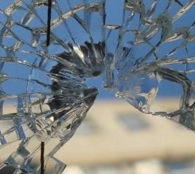 Кто несет ответственности за разбитое ребенком в школе стекло?